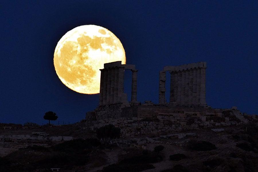 本年度唯一的一次超級月亮將在12月3日出現。圖為2013年6月23日在希臘雅典上空出現的超級月亮。(ARIS MESSINIS/AFP/Getty Images)