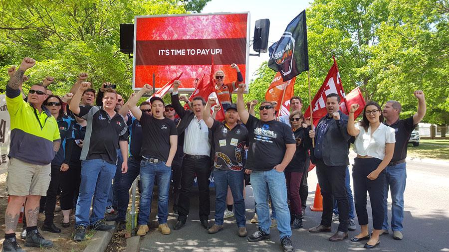 周一,澳洲工人與建築林業礦業能源工會在坎培拉中使館前舉行抗議活動,抗議中資煤礦的僱主不付給工人們應得的薪水。(UnionsACT推特)