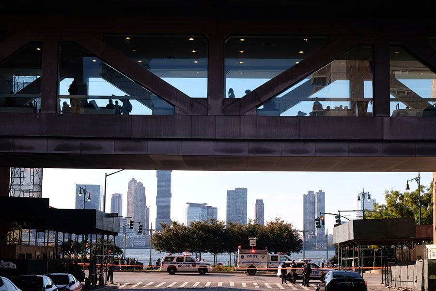 美國紐約曼哈頓西下城地區周二(10月31日)下午,發生貨車駛入自行車道撞人事件,目前已知八人死亡,十多人受傷。(Andy Kiss/Getty Images)