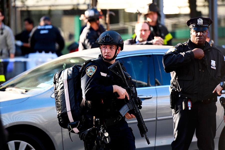 紐約警察在仔細搜查。(DON EMMERT/AFP/Getty Images)