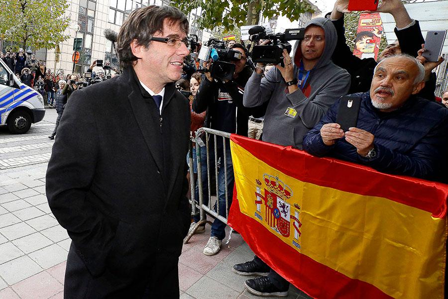 圖為10月31日,加泰羅尼亞自治區遭革職的主席普伊格蒙特在比利時布魯塞爾召開記者會。(NICOLAS MAETERLINCK/AFP/Getty Images)
