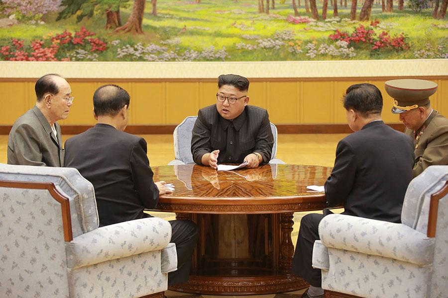 南韓媒體援引消息稱,北韓在9月中旬突然舉行大型演說,對民眾宣揚反美、反韓等煽動性言論,試圖團結民心,但民眾反應冷淡。圖為北韓領導人金正恩與該國官員。(STR/AFP/Getty Images)