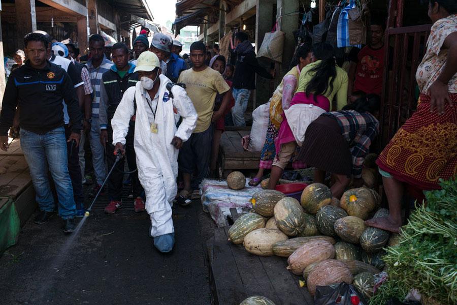 8月底馬達加斯加瘟疫爆發,導致20多人喪生,並迅速蔓延到全國各城市,現在九個鄰國和地區面臨瘟疫威脅。圖為工作人員在用噴霧消毒。(RIJASOLO/AFP/Getty Images)