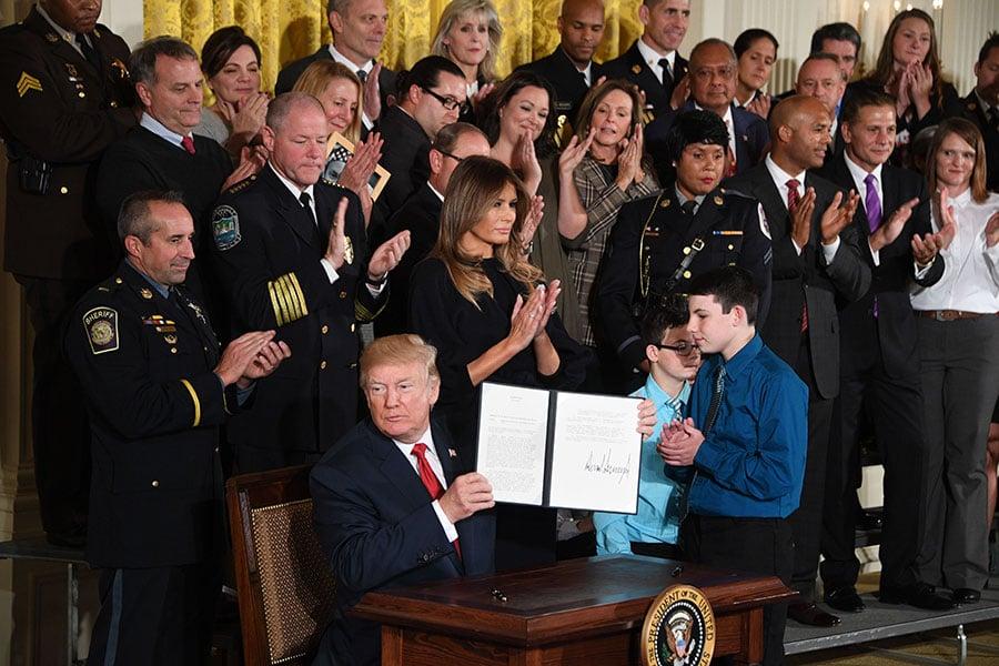 特朗普上周四(10月26日)表示,美國社會鴉片盛行是「國家恥辱」和「人類悲劇」,並宣佈進入「公共衛生緊急狀態」。(JIM WATSON/AFP/Getty Images)