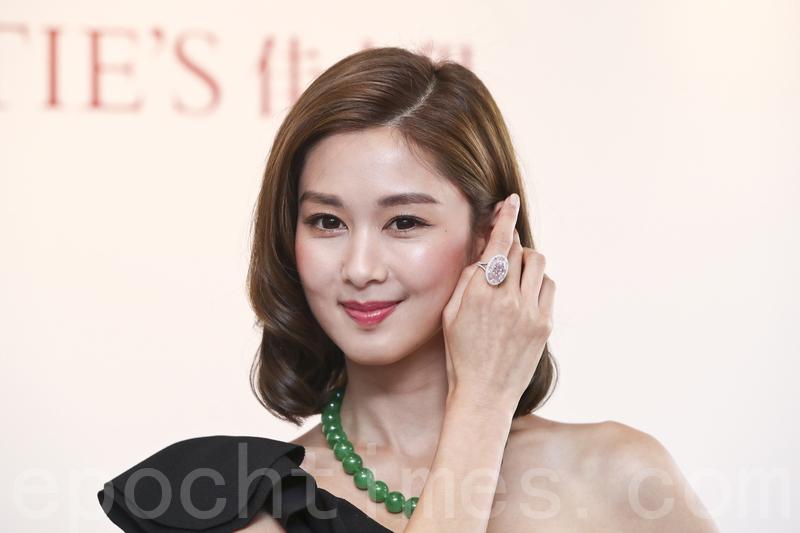 模特兒手上的15克拉的粉紅鑽戒,估值近2.2至3.2億港元,是佳士得於香港歷來的最高估價珠寶。(余鋼/大紀元)