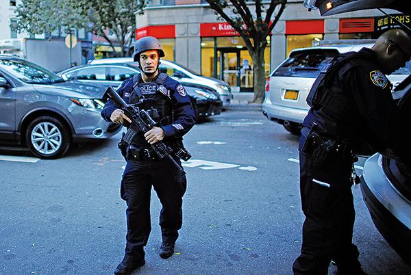 紐約警方表示,疑犯在離開汽車後曾高喊伊斯蘭口號,事發後大批警員在場戒備。(Getty Images)