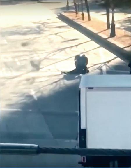 警方開槍擊中疑犯後制服疑犯。(網上截圖)