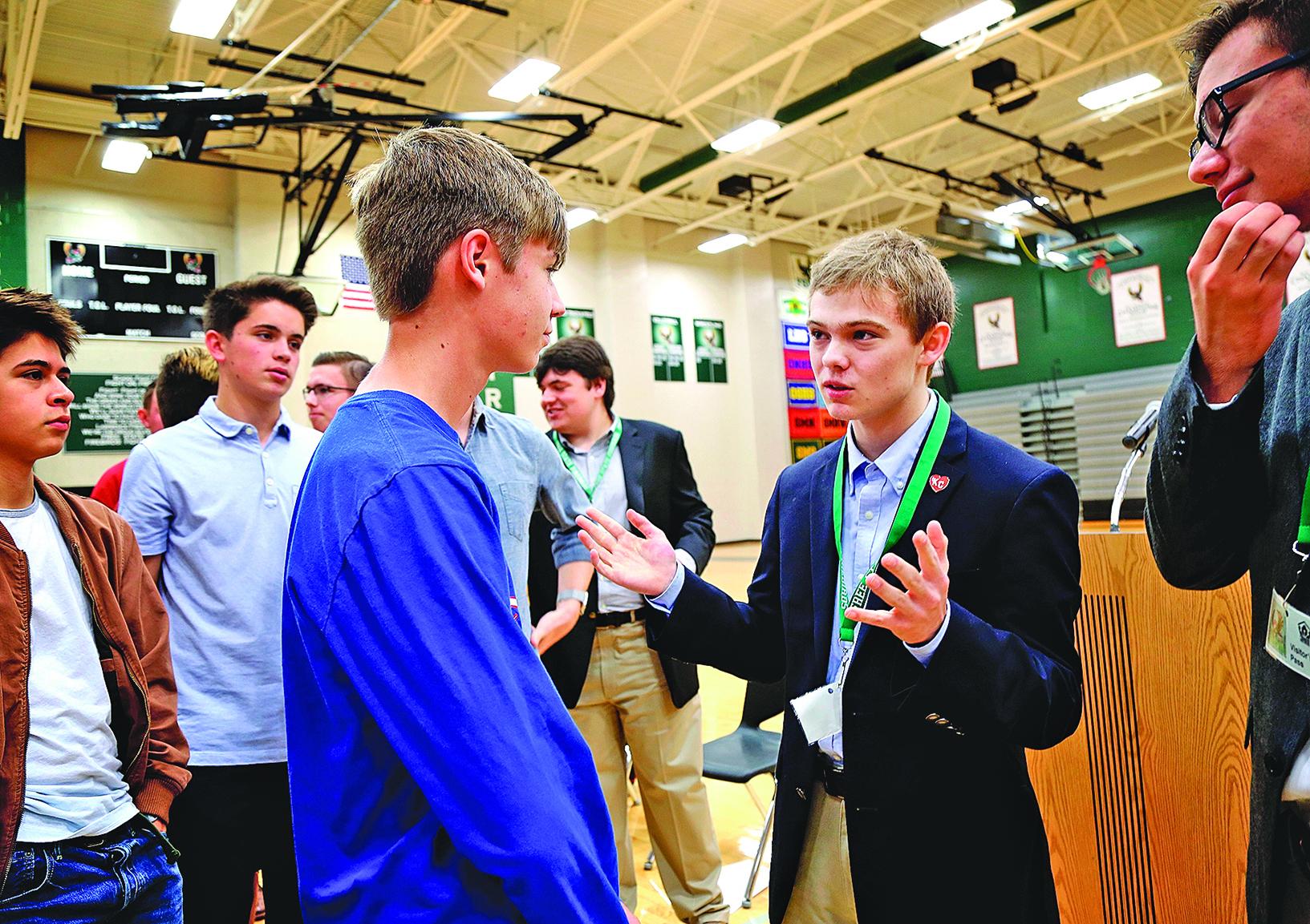 17歲的堪薩斯州州長候選人魯齊契(右二)有板有眼地和「選民」互動。(AFP)