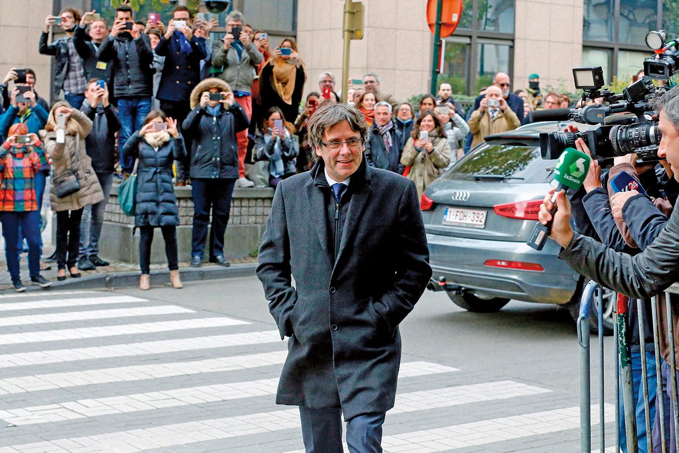 大量記者在比利時等待普伊格蒙特的新聞發佈會。他表示暫住比利時,但不尋求庇護。(AFP)