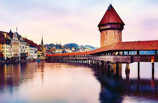 瑞士琉森湖畔的琉森橋,是歐洲最古老木橋。(12019/CC/Pixabay)