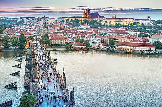 布拉格紅瓦黃牆的建築給人整體上的觀感是建築頂部變化特別豐富,並且色彩極為絢麗奪目,因而擁有「千塔之城」之美稱。(Pexels/CC/Pixabay)