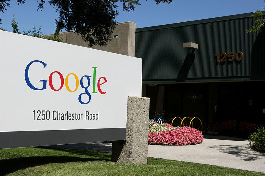 谷歌因去年總統大選前對網絡搜索進行黑箱操作,偏袒希拉莉,並投下巨資支持希拉莉陣營,如今正自食其果。(Justin Sullivan/Getty Images)
