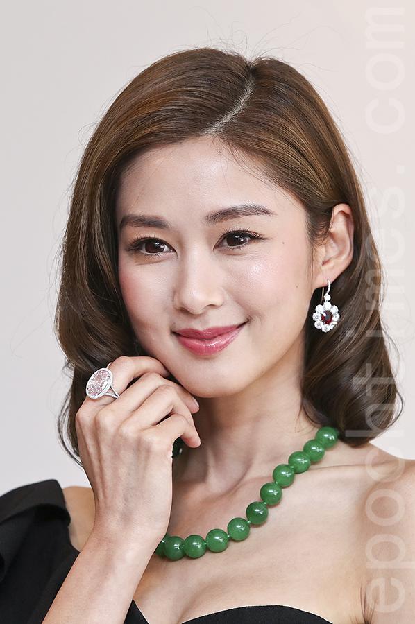 岑麗香(香香)作為模特出席佳士得珠寶及翡翠首飾秋季拍賣預演,示範多件鑽飾,其總值超過5.3億港元。(余鋼/大紀元)