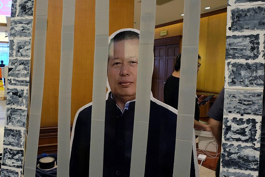 圖為中國知名維權律師高智晟被關押的紙板人像示意圖。(SAM YEH/AFP/Getty Images)