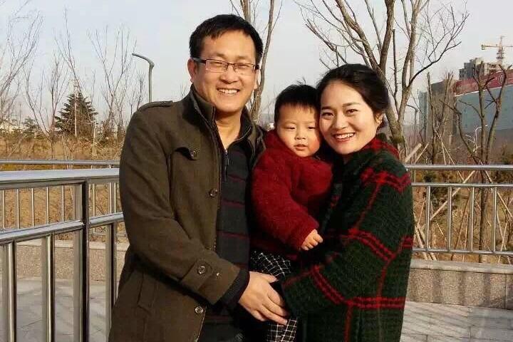 中國維權律師王全璋遭抓捕前與妻子李文足和2歲的兒子合影。(網絡圖片)