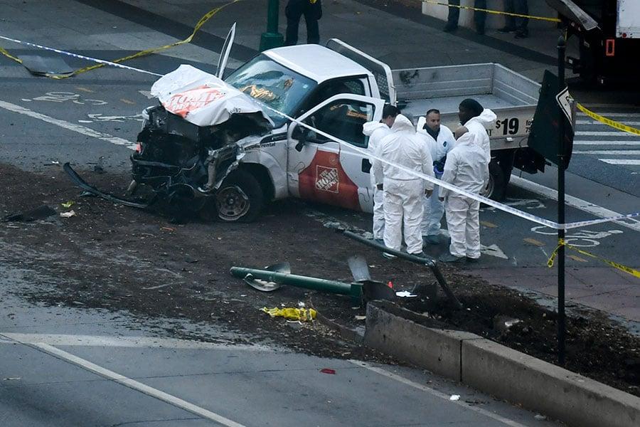 官員11月1日(周三)披露說,被控在紐約開車撞死八人的、原籍烏茲別克斯坦的疑犯為此次攻擊計劃數周,並且事先進行偵查。周二,他開著租來的貨車沿著一條著名的自行車道撞向行人。(DON EMMERT/AFP/Getty Images)