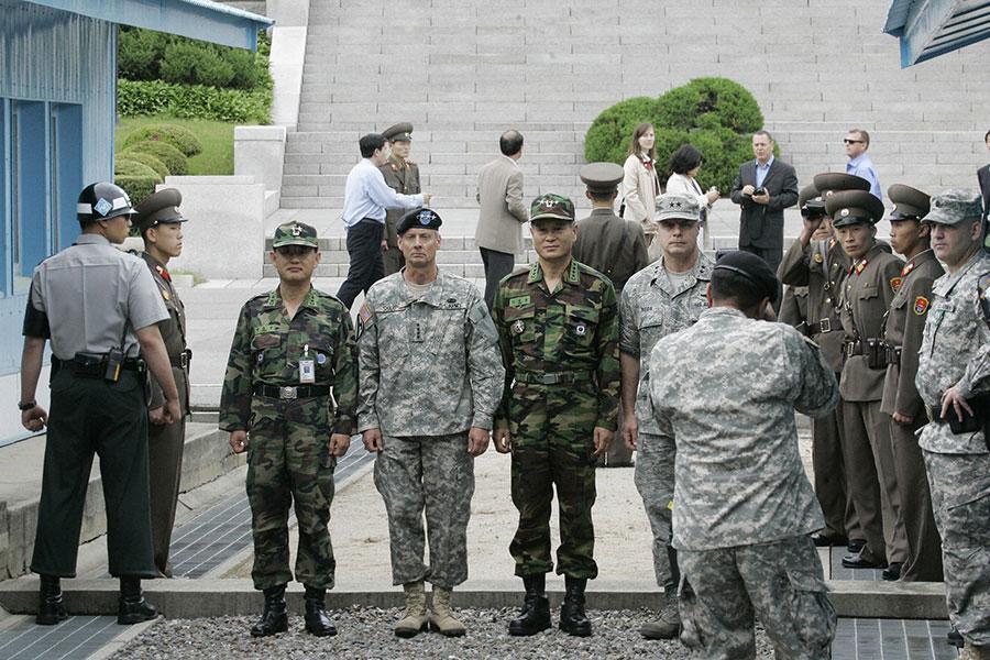 美韓軍人在兩韓邊界合影。(AHN YOUNG-JOON/AFP/Getty Images)