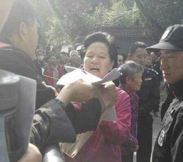 10月16日,中共國家信訪局長舒曉琴大動作出面接訪民材料,被批是安排好的一場秀。(視像擷圖/訪民提供)
