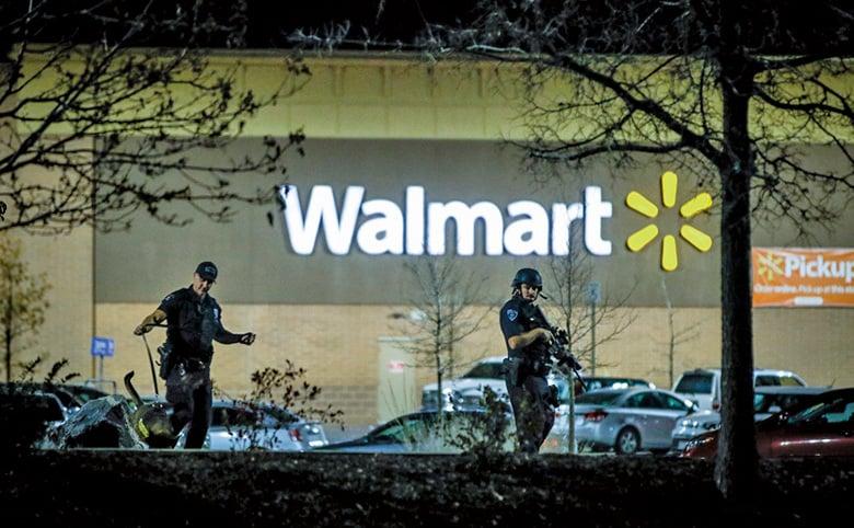 美國科羅拉多的一家沃爾瑪超巿當地時間11月1日晚上發生槍擊案,至少造成3人死亡。圖為案發現場荷槍實彈的警察。(Getty Images)
