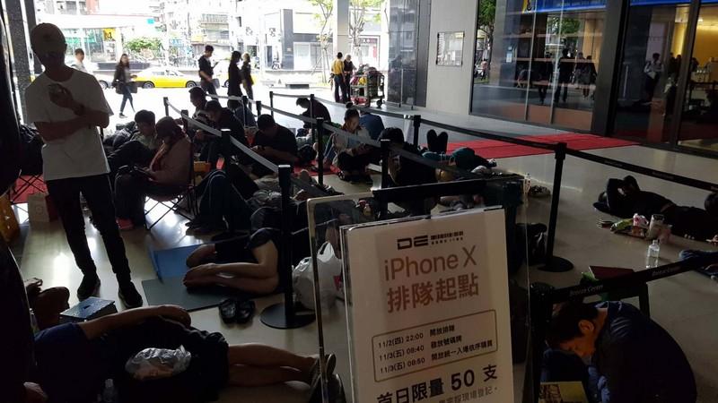 iPhone X 3日正式在台開賣,果粉熬夜排隊,備妥瑜珈墊、棉被、羽絨衣抗戰,早上睡成一片。(中央社)