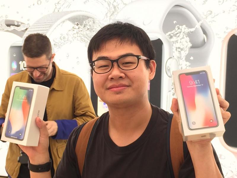 Apple直營店3日上午8時開賣iPhone X,搶到頭香的許先生表示,開放預約當天他總共動用6個人、4支手機和3台電腦才搶到,順利購買256GB的銀色、太空灰色iPhone X各一支。(中央社)