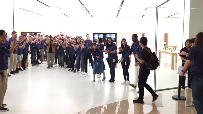 Apple台灣直營店3日上午8時開賣iPhone X,搶到頭香的果粉在店員熱情歡迎下進入店內。(中央社)