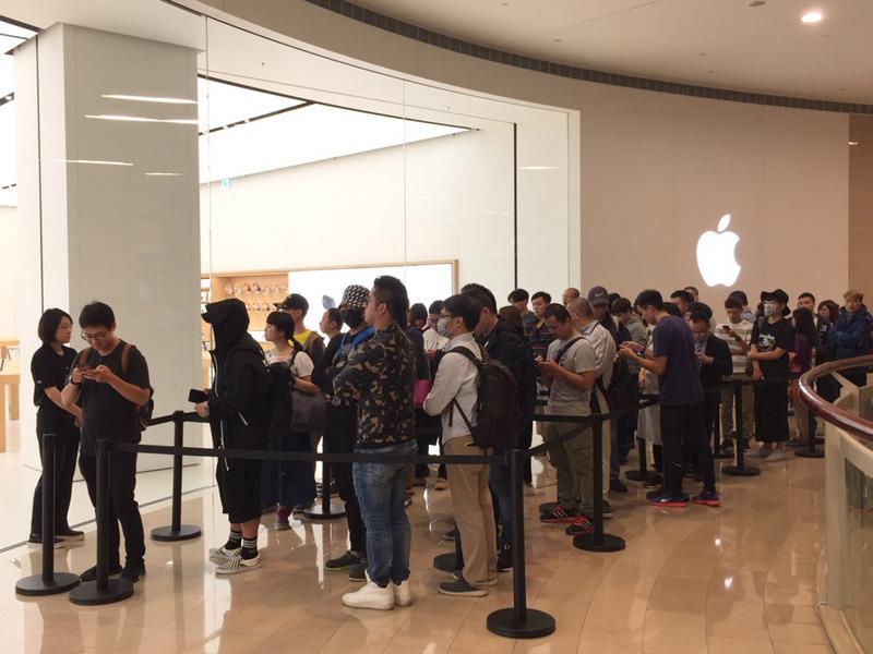 Apple台灣直營店3日上午8時開賣iPhone X,首批預約用戶約50人在店門口排隊準備進場。 (中央社)