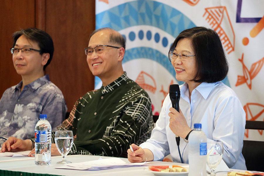 台灣總統蔡英文(右)表示,美方與台方溝通狀況良好,對於特朗普的訪問,保持審視樂觀的態度。(中央社)