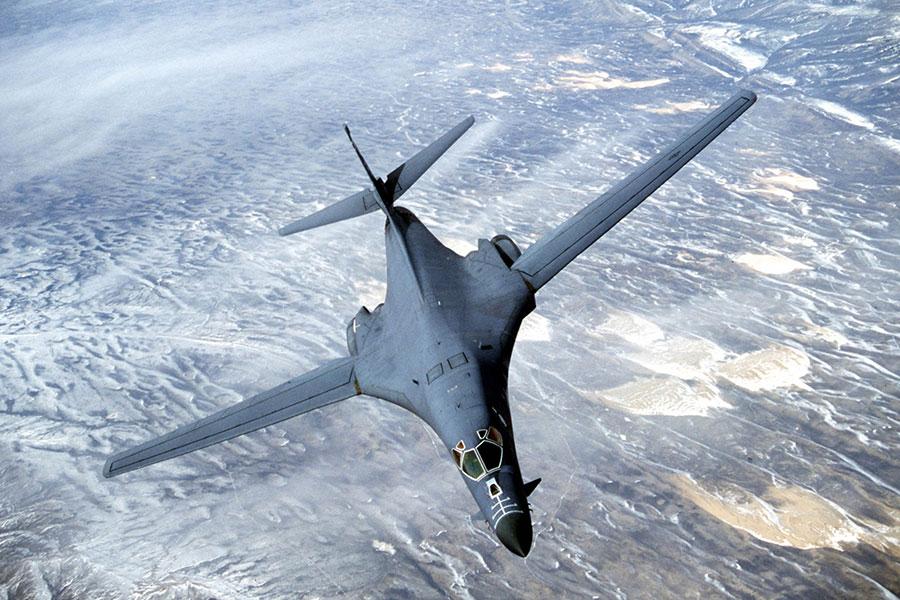 B-1B槍騎兵是具低空滲透能力的超音速可變後掠翼重型遠程戰略轟炸機,在平坦地面上可降至60米高度飛行。(DOUGLAS C. BRUNELLE/AFP/Getty Images)