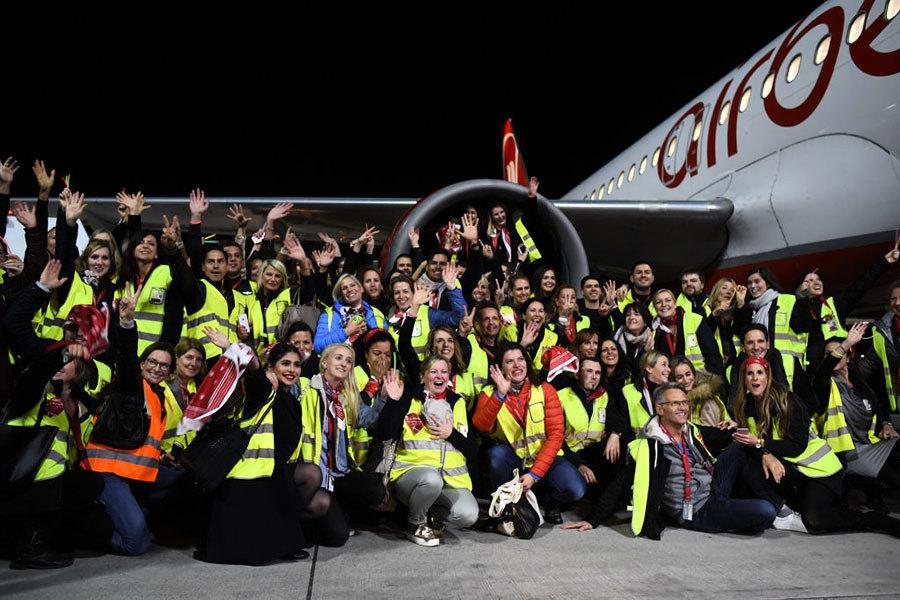 柏林航空公司僱員灑淚告別最後一架航班