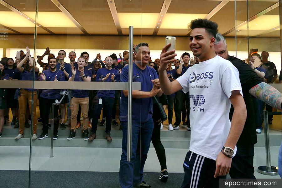 10月28日晚開始在悉尼CBD蘋果店外排隊的18歲的Bishoy Behman,成為當日第一位進店顧客。(安平雅/大紀元)