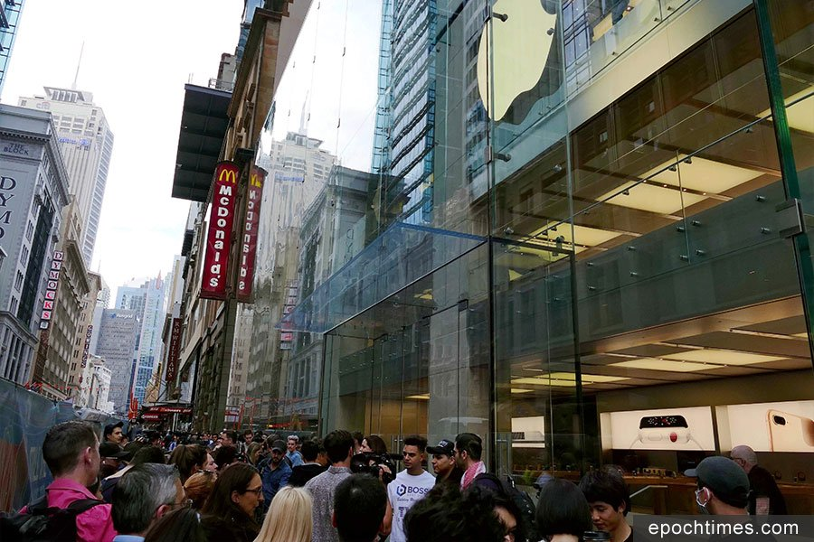 11月3日,悉尼CBD蘋果店外的人潮將不寬的街道擠得水洩不通。(安平雅/大紀元)