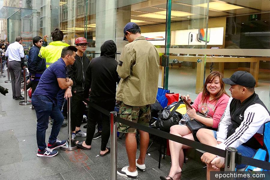 11月3日早上7點左右,等待在悉尼喬治大街蘋果店外的果粉。(安平雅/大紀元)