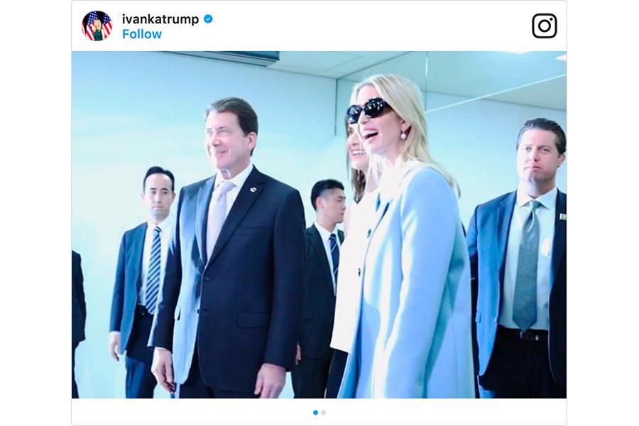 在成田機場,伊萬卡帶著墨鏡、身著淡藍色上衣和黑色西褲,被工作人員簇擁著出現在媒體面前。(Instagram擷圖)