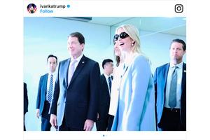 特朗普訪日前三天 伊萬卡一襲藍衣抵東京