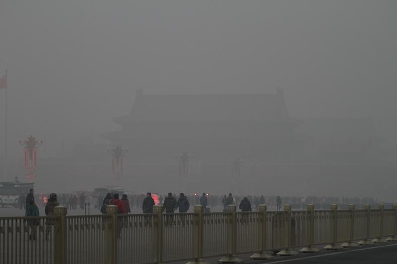 11月4日至8日,京津冀及周邊地區將出現一次重污染天氣過程。圖為2014年初,北京遭嚴重陰霾侵襲,天安門隱入陰霾中。(Getty Images)