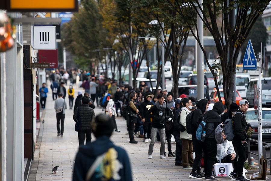 周五(11月3日),全球各地的蘋果商店正式發售iPhone X,數千人在倫敦、東京、悉尼和世界各地的商店之外大排長龍。圖為東京。(Tomohiro Ohsumi/Getty Images)