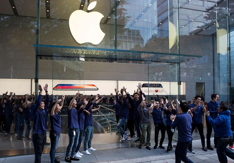 周五(11月3日),全球各地的蘋果商店正式發售iPhone X,數千人在倫敦、東京、悉尼和世界各地的商店之外大排長龍。圖為東京蘋果店。(Tomohiro Ohsumi/Getty Images)