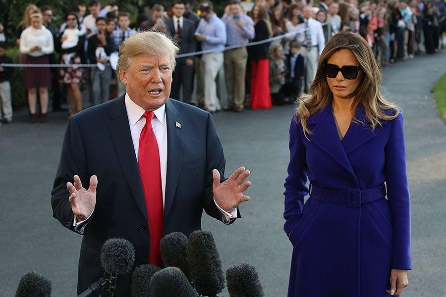 11月3日,特朗普攜第一夫人梅拉尼婭即將開展11天亞洲行,在登上空軍一號前接受媒體採訪。(Mark Wilson/Getty Images)