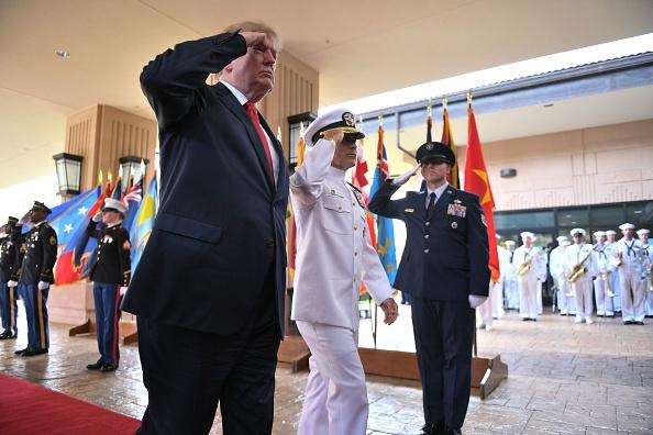 美國總統特朗普周五(3日)開始上任後的首次亞洲之旅,當日抵達夏威夷,先訪問美軍太平洋司令部。(JIM WATSON/AFP/Getty Images)