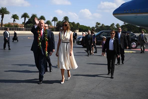 圖為美國總統特朗普和第一夫人梅拉尼婭11月3日抵達夏威夷的珍珠港聯合基地 – 希卡姆。(JIM WATSON/AFP/Getty Images)