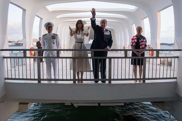 美國總統特朗普和第一夫人梅拉尼婭11月3日在訪問亞利桑那號紀念館時,將花瓣撒向戰艦沉沒地的水中,哀悼陣亡美軍。(JIM WATSON/AFP/Getty Images)