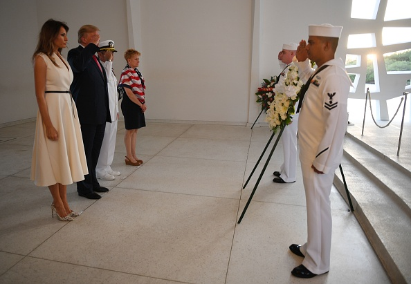 美國總統特朗普和第一夫人梅拉尼婭11月3日在訪問亞利桑那號紀念館時的獻花圈儀式。(JIM WATSON/AFP/Getty Images)