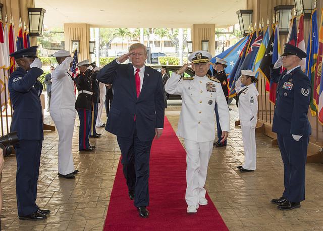 美國總統特朗普11月3日開始上任後的首次亞洲之旅,當日抵達夏威夷,先訪問美軍太平洋司令部,聽取司令哈里斯上將(中右)的簡報。(JIM WATSON/AFP/Getty Images)