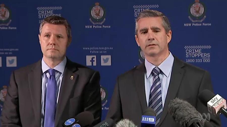 當地時間11月3日(周五),澳洲新省警方會同美國毒品管理局(Drug Enforcement Administration,DEA)的代表召開記者會,公佈破獲一個跨國毒品走私陰謀。圖為新聞發佈會。(視像擷圖)