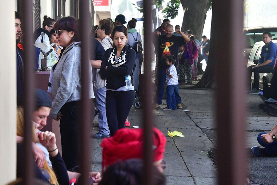 在幼年被成年人非法帶入美國的年輕人9月30日在洛杉磯的一個法律資訊機構,等待獲得律師資源。(FREDERIC J. BROWN/AFP/Getty Images)