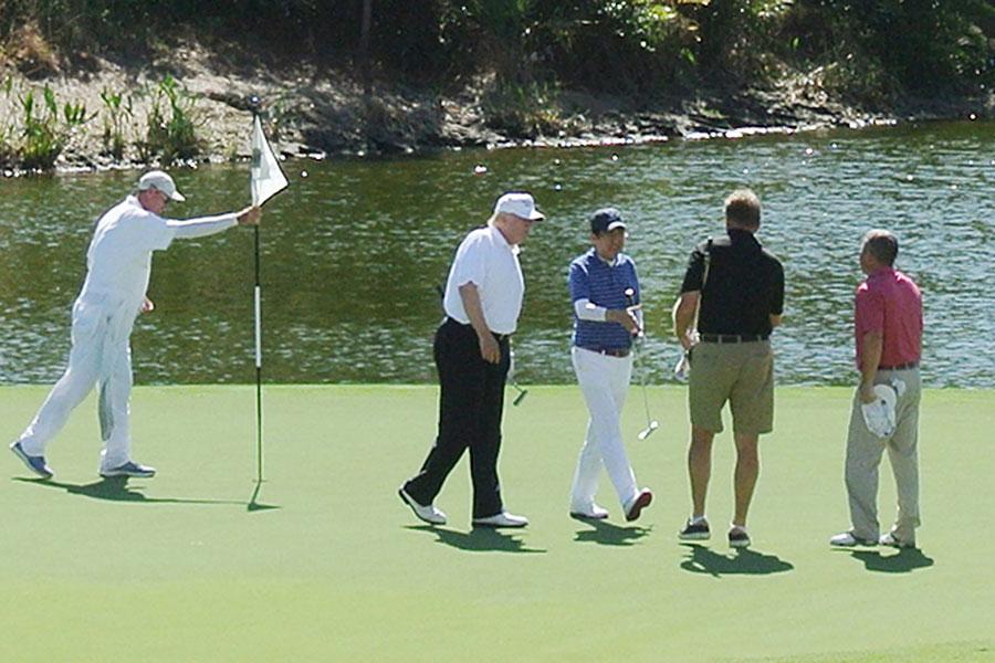 圖為今年2月,日本首相安倍晉三(左三)訪問美國,與剛上任的美國總統特朗普(左二)一起在海湖莊園打高爾夫球。(JIJI PRESS/AFP/Getty Images)