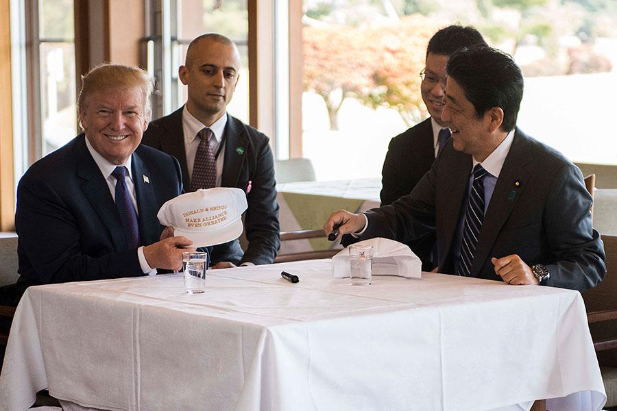 圖為11月5日,日本首相安倍晉三(右)與美國總統特朗普在東京一個高爾夫球場進行午餐會。(JIM WATSON/AFP/Getty Images)