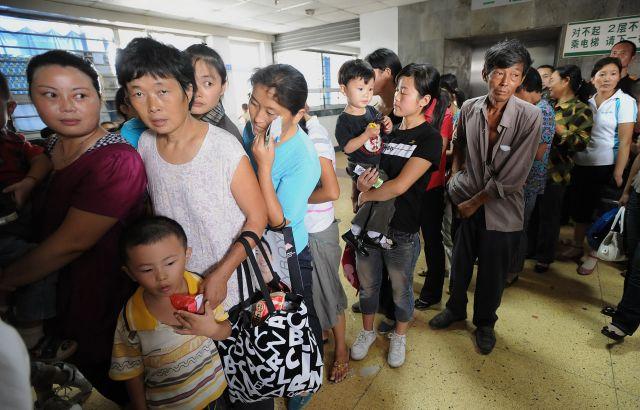 大陸家長現在普遍反饋養孩子越來越難。不僅奶粉錢貴,補習班更是吸金。圖為二零零八年九月二十一日,安徽省合肥市的一家醫院,擔憂的父母帶孩子來檢查身體。(AFP)