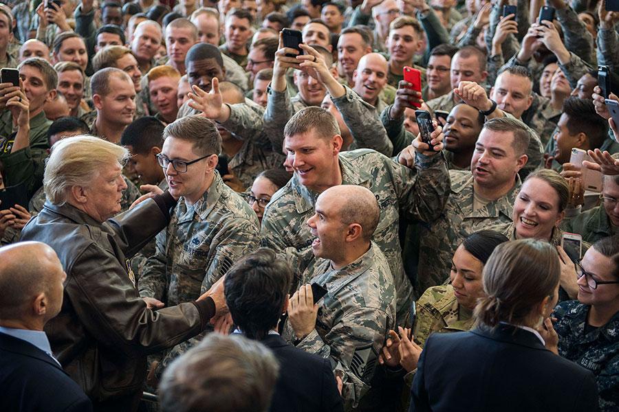 2017年11月5日,美國總統特朗普在日本橫田空軍基地發表演說後,與在場美軍官兵打招呼。(JIM WATSON/AFP)